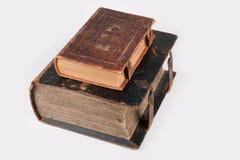 Due vecchi libri di cuoio religiosi della copertura Immagini Stock