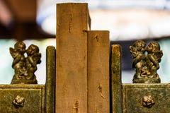 Due vecchi libri fra il supporto d'annata del libro con le figurine del cherubino fotografia stock