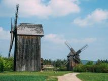 Due vecchi mulini a vento di legno nella campagna immagine stock libera da diritti