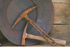 Due vecchi selezionamenti di estrazione mineraria e vaschette dell'oro sulla mensola Fotografie Stock Libere da Diritti