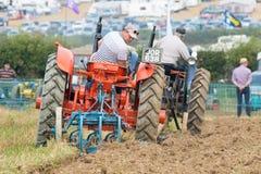 Due vecchi trattori all'aratura alla partita d'aratura Fotografie Stock Libere da Diritti