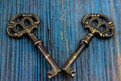 Due vecchie chiavi su un fondo di legno Fotografia Stock