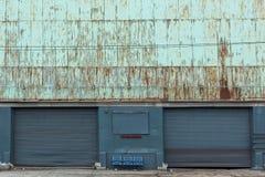 Due vecchie porte del garage di un magazzino fotografie stock libere da diritti