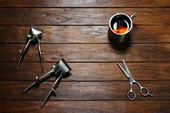 Due vecchie tosatrici, forbici e tazze manuali d'annata del metallo immagine stock