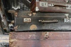 Due vecchie, valigie arrugginite, polverose e sporche che si trovano sul petto di Brown immagine stock