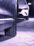 Due veicoli senza opposti delle luci sulla strada nevosa alla notte fotografie stock libere da diritti