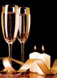 Due vetri con champagne e le candele Fotografia Stock