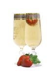 Due vetri con champagne e una fragola. Fotografia Stock Libera da Diritti