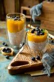 Due vetri con il budino eccellente casalingo di chia dell'alimento con il purè del mango immagine stock