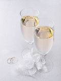 Due vetri con la decorazione di cerimonia nuziale e del champagne Fotografie Stock Libere da Diritti