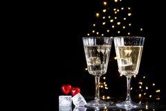 Due vetri con un cocktail e due cuori, concetto di San Valentino immagini stock