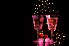 Due vetri con un cocktail e due cuori, concetto di San Valentino fotografia stock