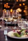 Due vetri con vino bianco in un ristorante Fotografia Stock Libera da Diritti