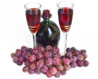 Due vetri con vino e l'uva rossa Fotografia Stock