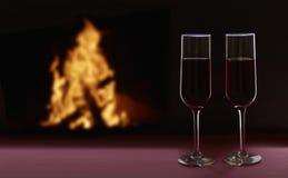 Due vetri con vino sul contesto nero con il camino Concetto di giorno del ` s del biglietto di S Immagine Stock Libera da Diritti