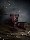 Due vetri d'annata su una tavola di legno, salice si ramifica Fondo scuro Fotografie Stock