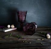 Due vetri d'annata su una tavola di legno, salice si ramifica Fondo scuro Immagini Stock
