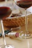 Due vetri del canestro del pane della cavaturaccioli del vino rosso sulla fine della tavola su Fotografia Stock Libera da Diritti