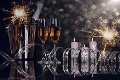 Due vetri del champagne, bottiglia e stelle filante di Natale fotografia stock libera da diritti