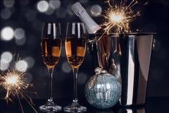 Due vetri del champagne, bottiglia e stelle filante di Natale fotografie stock