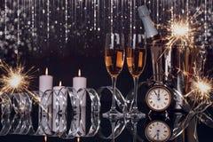 Due vetri del champagne, bottiglia, orologio e stelle filante di Natale immagine stock libera da diritti