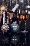 Due vetri del champagne, bottiglia, stella filante ed ornamenti di Natale fotografie stock libere da diritti