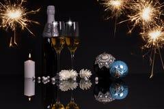 Due vetri del champagne, candela ed ornamenti di Natale fotografie stock