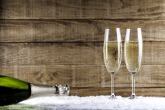 Due vetri del champagne con la bottiglia del champagne Immagini Stock Libere da Diritti