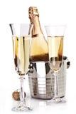 Due vetri del champagne con la bottiglia. Immagini Stock