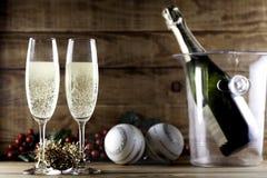 Due vetri del champagne con la bottiglia ed il secchiello del ghiaccio del champagne Fotografie Stock