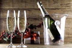 Due vetri del champagne con la bottiglia del champagne ed il secchiello del ghiaccio I Immagine Stock