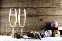 Due vetri del champagne con la pigna Immagini Stock