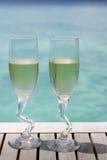 Due vetri del champagne dall'oceano fotografia stock libera da diritti