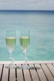 Due vetri del champagne dall'oceano fotografia stock