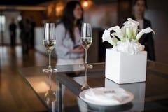 Due vetri del champagne e decorazioni dei lillies della calla immagine stock