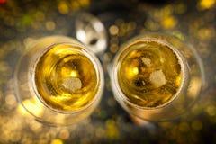 Due vetri del champagne nello scintillio dorato Fotografia Stock Libera da Diritti