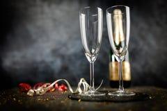 Due vetri del champagne nello scintillio dorato Fotografie Stock Libere da Diritti