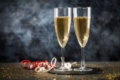 Due vetri del champagne nello scintillio dorato Immagini Stock