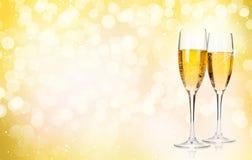 Due vetri del champagne sopra il fondo di natale Fotografie Stock