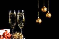 Due vetri del champagne su fondo nero fotografia stock libera da diritti