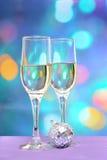 Due vetri del champagne su fondo variopinto con la palla della discoteca Immagine Stock