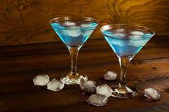Due vetri del cocktail blu dentro su fondo di legno scuro Immagini Stock Libere da Diritti