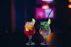 Due vetri del cocktail di Mojito con ghiaccio, calce e la menta con i tubi Fotografia Stock Libera da Diritti