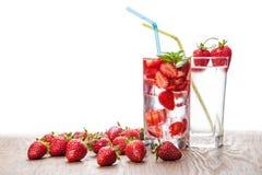 Due vetri del cocktail e delle bacche della fragola Fotografia Stock Libera da Diritti
