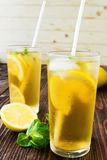 Due vetri del tè di ghiaccio con i cubetti di ghiaccio Fotografia Stock Libera da Diritti