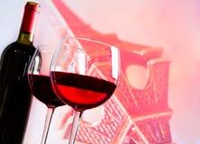 Due vetri del vino rosso sul fondo di Eiffel della torre della sfuocatura Immagini Stock Libere da Diritti