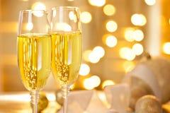 Due vetri dell'insieme di Champagne su una Tabella di natale Fotografia Stock