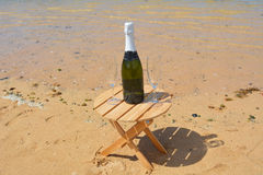 Due vetri dell'isola di Champagne And Bottle In Paradise Immagini Stock