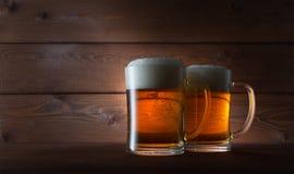 Due vetri della birra dorata o Immagine Stock