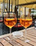 Due vetri di Aperol Spritz con paglia immagine stock libera da diritti
